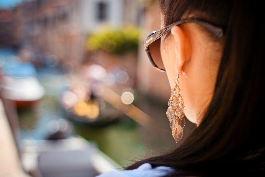 Controllate giornalmente orecchini e perni