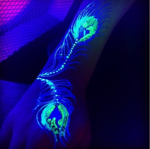 Tatuaggi all'henné che si illuminano di notte