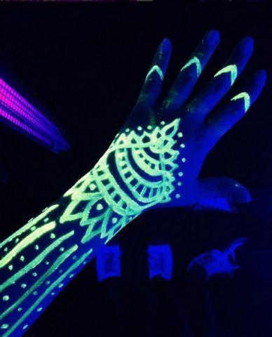 Tatuaggi all'henné: si illuminano al buio