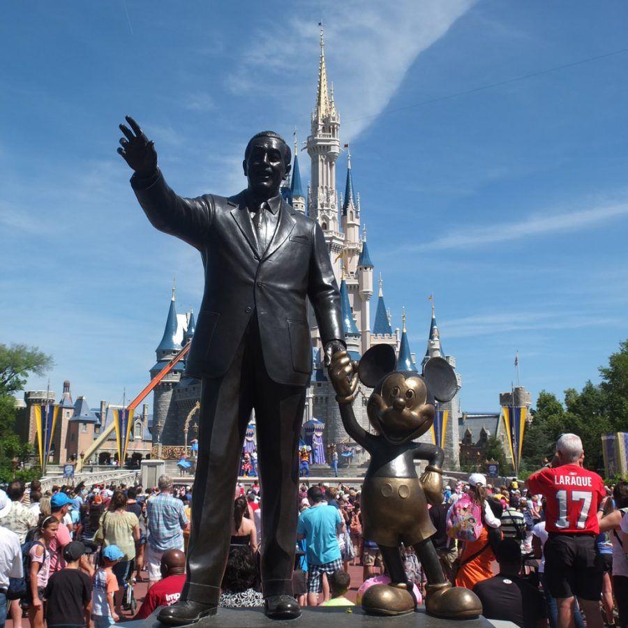 La statua di Walt Disney e Mickey Mouse