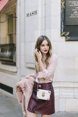 Camicia rosa e minigonna di pelle