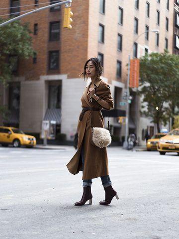 Cappotto con cintura in vita e stivaletti - Dal blog Song of Style