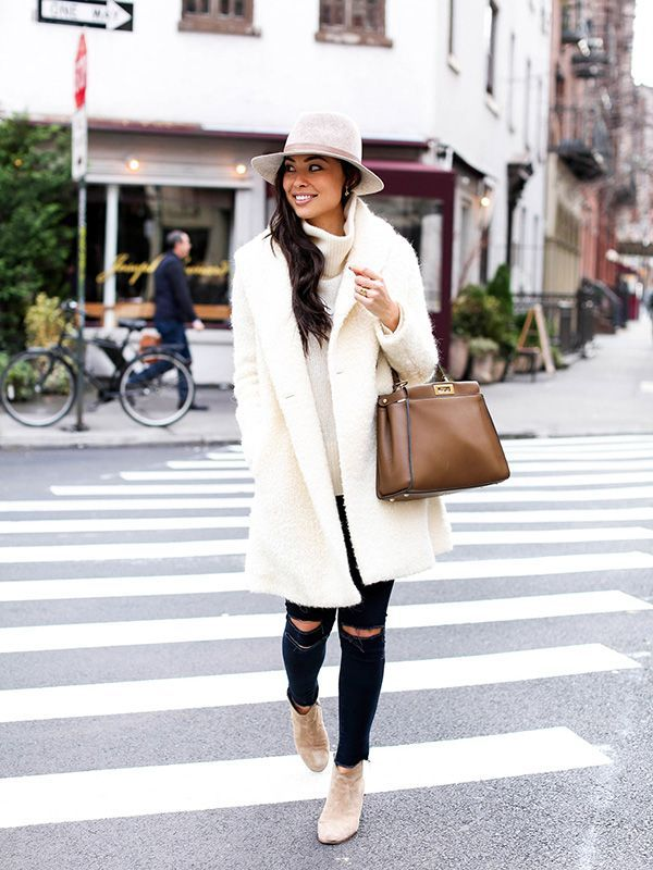 Cappotto bianco e jeans strappati - Dal blog With Love from Kat