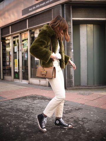 Pelliccia sintetica verde e sneakers - Dal blog Shot from the Street