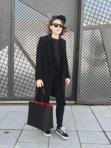 Il tocco in più per un totale outfit black la shopper con interno rosso di Mansur Gavriel