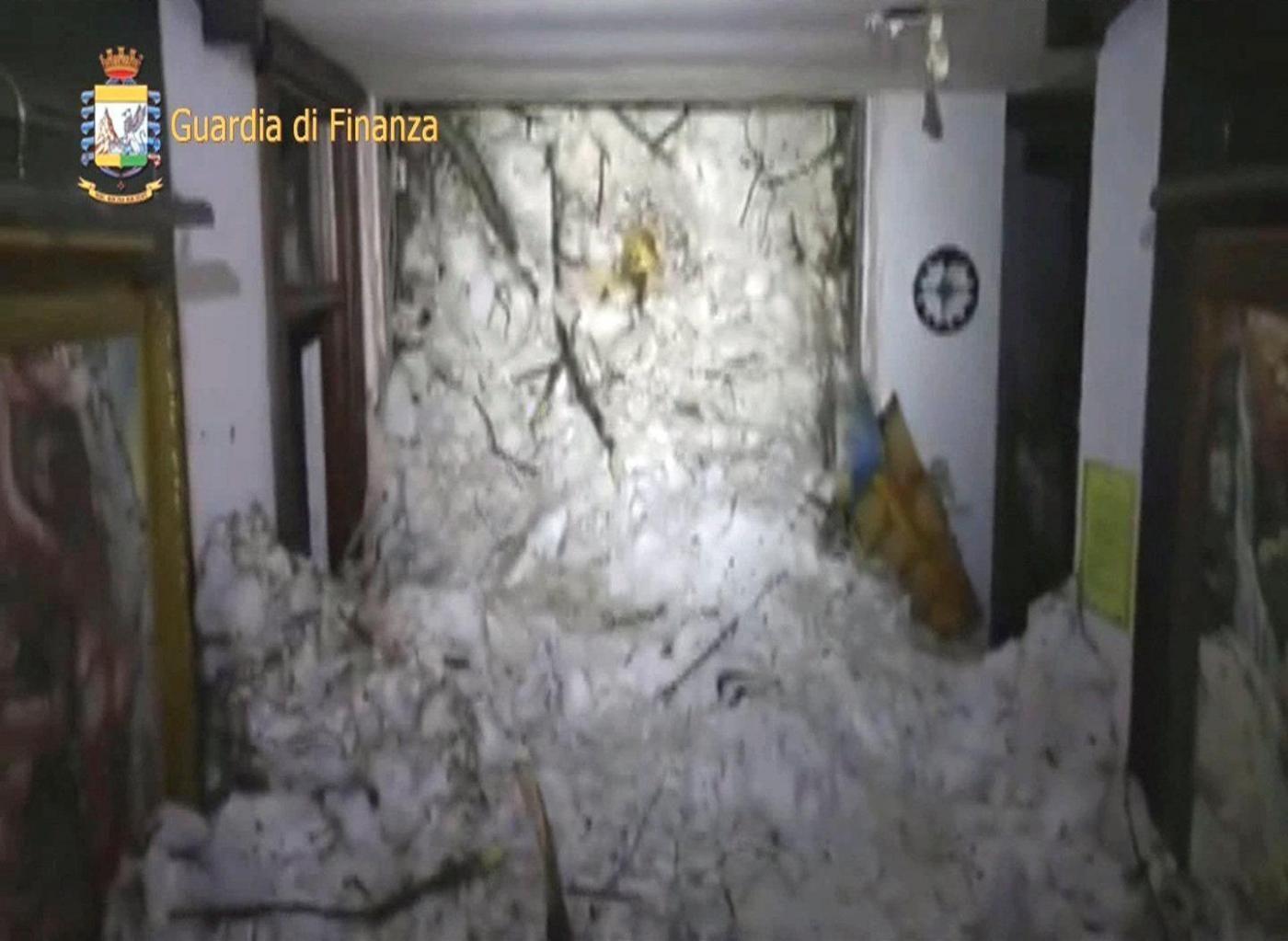 li interni dell'Hotel Rigopiano dopo la valanga, immagini della Guardia di Finanza