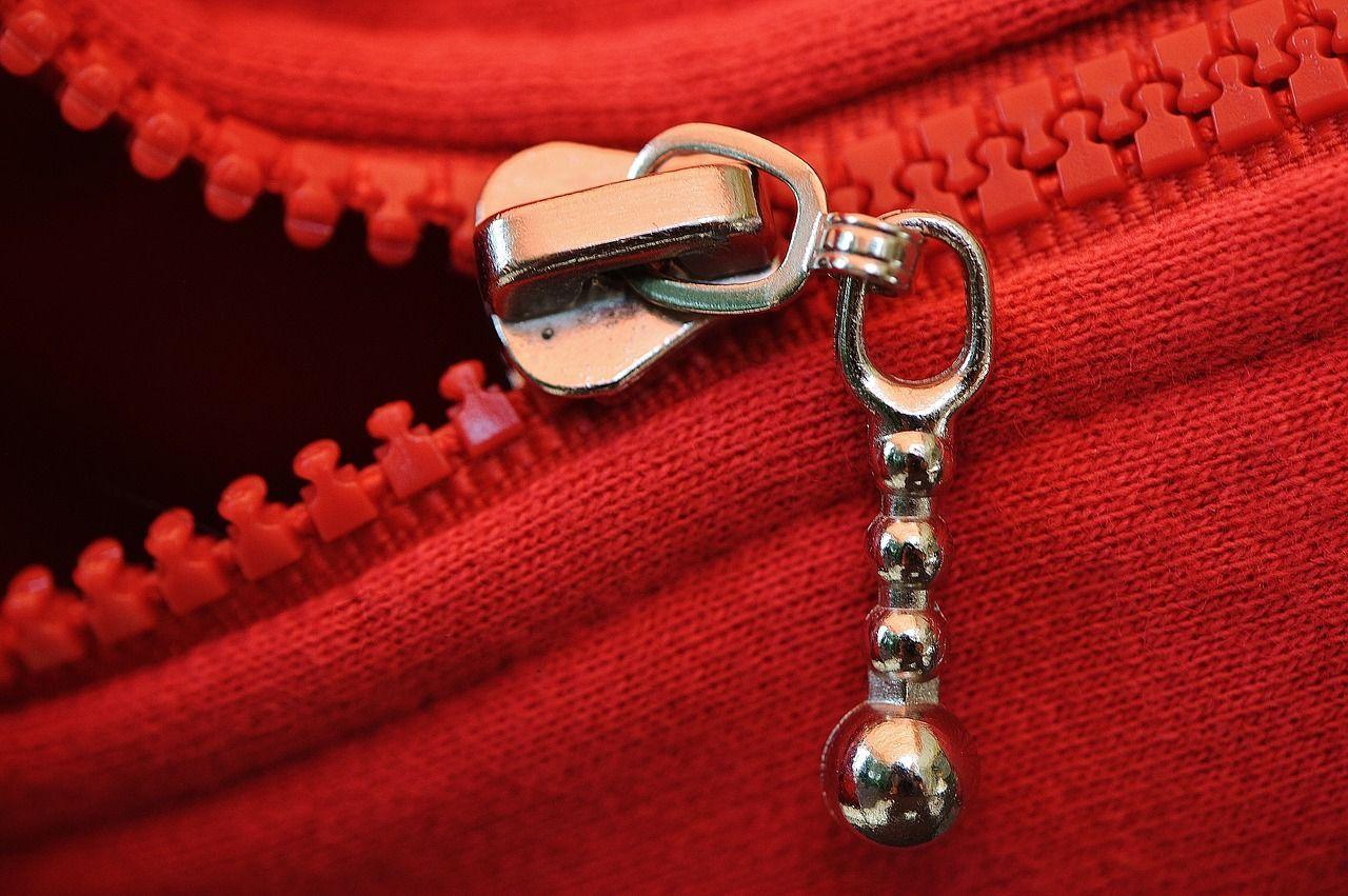 Le zip si bloccano sempre quando abbiamo fretta di uscire!