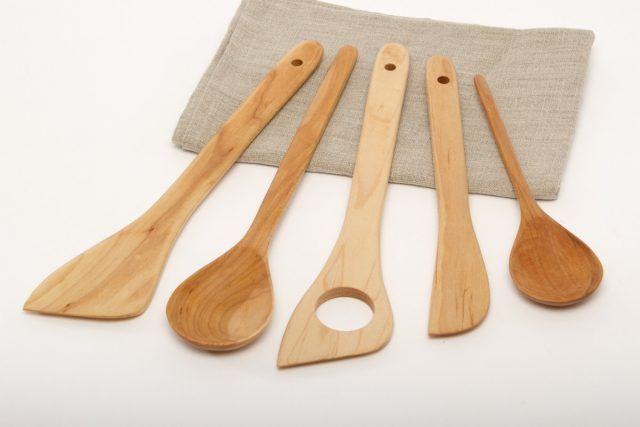 Gettate via anche i cucchiai di legno rovinati o bruciati.