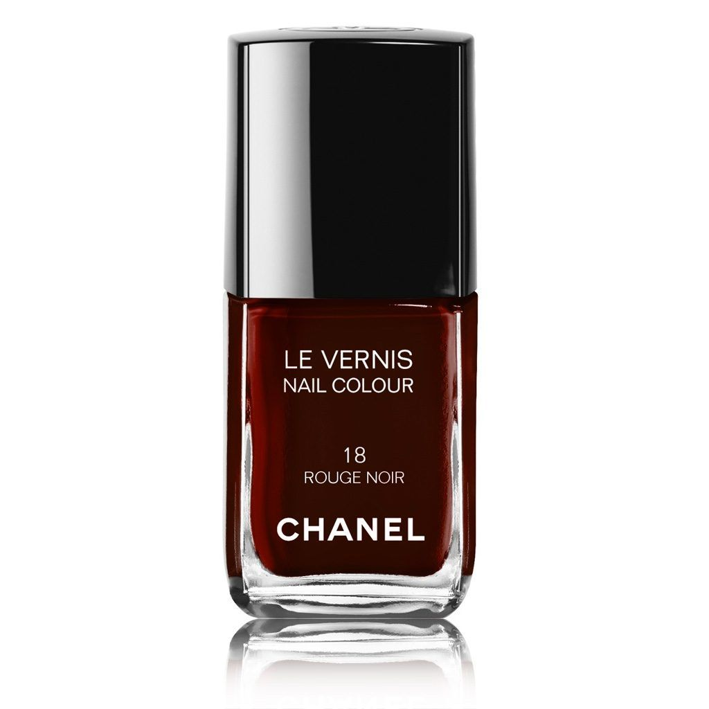 Lo smalto Rouge Noire di Chanel N°18, è di una tonalità rosso molto scuro, con sfumature di nero che in molti hanno provato a copiare. €24