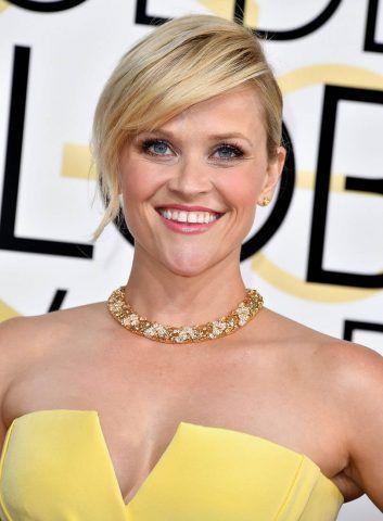 Raccolto semplice accompagnato da un ciuffo lasciato morbido sulla fronte per Reese Witherspoon