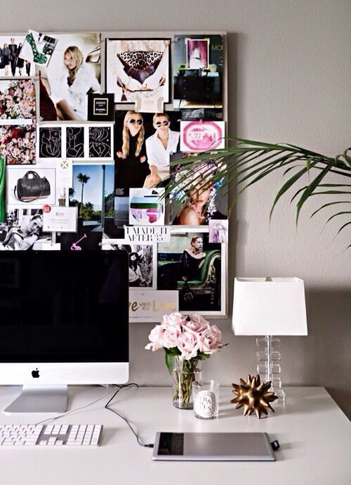 Scrivania organizzata, ma al tempo stesso alla moda, grazie a piccoli dettagli come la lampada e i fiori