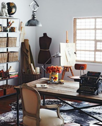 Scrivania rustica e vintage, arricchita da colori vivaci
