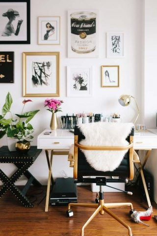 Scrivania basica, con un dettaglio che spicca: la sedia, non banale!