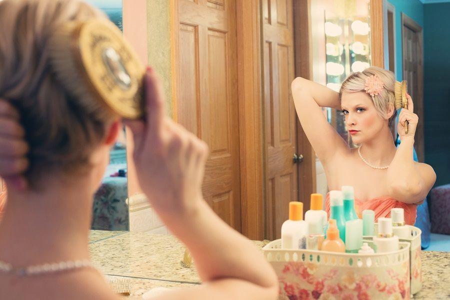 Ti specchi e lo specchio ti dice tutto quello che non va e come dovresti truccarti!