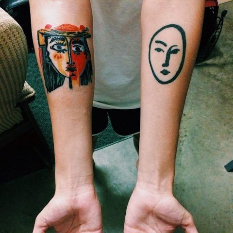 Tatuaggi ispirati a famosi dipinti: a sinistra Picasso, a destra Matisse