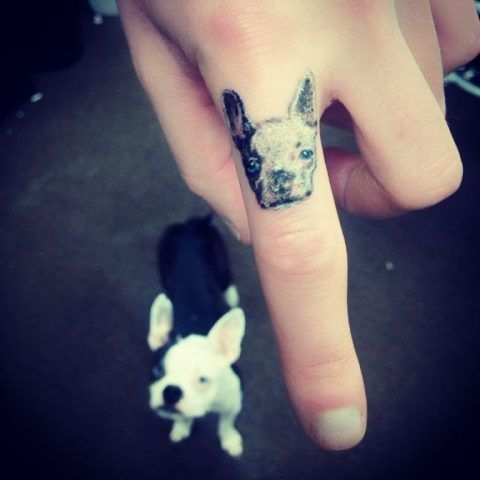 Tatuaggio dedicato ai cani sulle dita