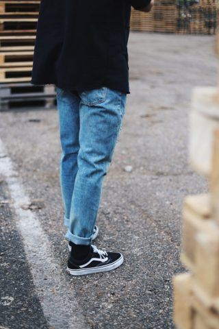 Calzino nero a vista e mom jeans
