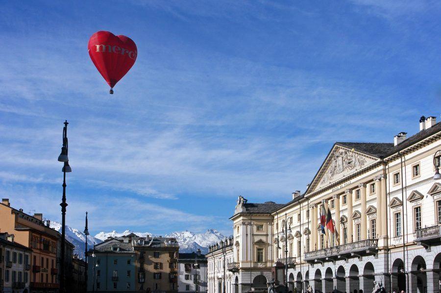 valle-daosta-mongolfiera-su-piazza-chanoux-003