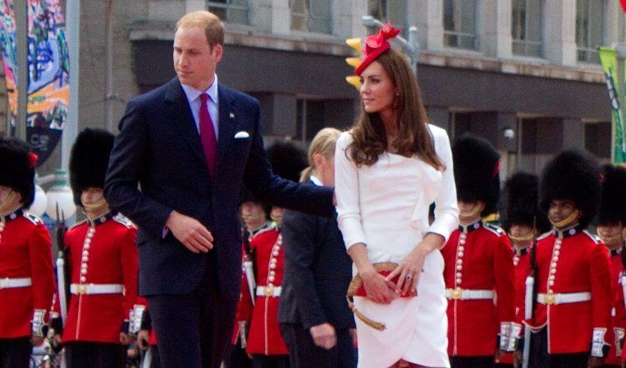 Niente anello nuziale per il principe William. Chissà dove lo tiene di solito?