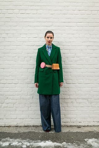 Cappotto verde e belt bag