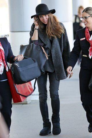 Charlotte Casiraghi li indossa con jeans scuri e cappotto invernale