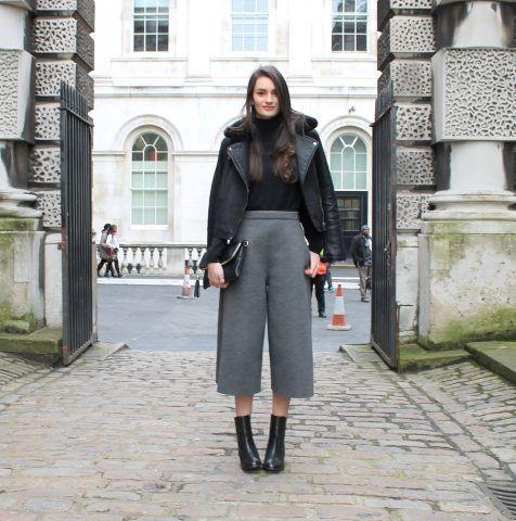 I pantaloni culotte da indossare con tronchetti e chiodo in pelle