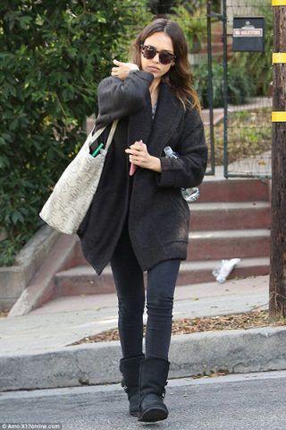 Jessica Alba opta per un look total black