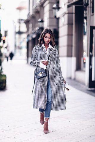 Trench a quadretti, jeans e décolleté - Dal blog Viva Luxury