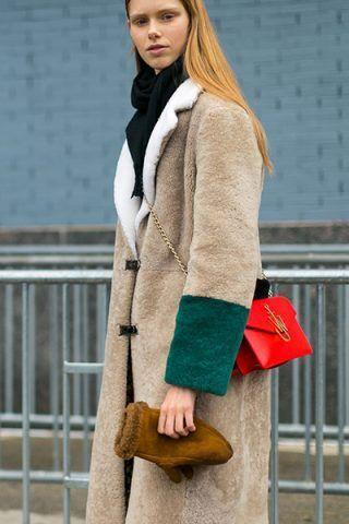Maxi cappotto e tracolla rossa