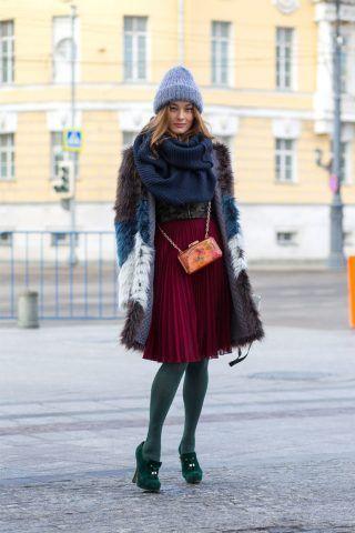 Indossate la midi skirt con delle calze super coprenti di un colore a contrasto come il verde