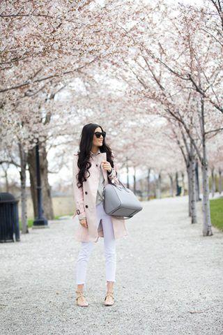 Trench, pantaloni bianchi e scarpe flat - Dal blog Pink Peonies