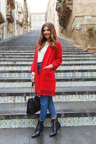 Giacca rossa, jeans e stivaletti - Dal blog The Mysterious Girl