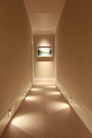Il fondo del corridoio illuminato