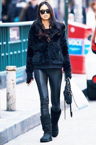 Adriana Lima li abbina a leggins di pelle e felpa