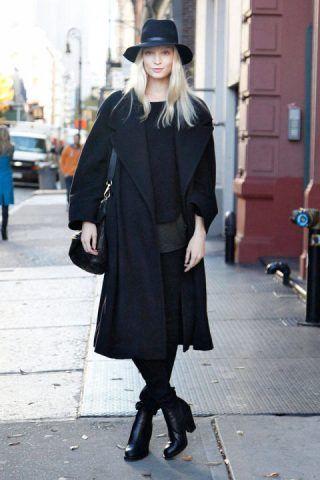Total blac, con cappotto, pantaloni e tronchetti tono su tono. Il tocco glam il fedora sempre nero