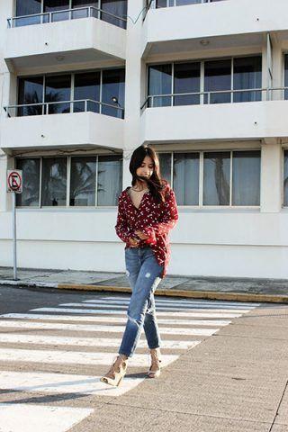 Camicia stampata, jeans e sandali - Dal blog Brunette Braid