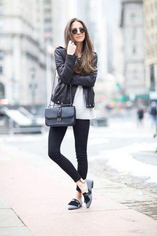 Giacca di pelle, pantaloni neri e loafers - Dal blog Something Navy