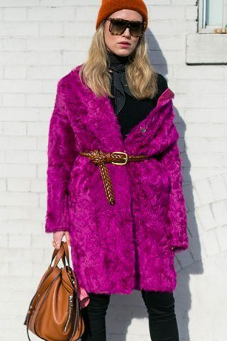 Pelliccia fucsia e look total black