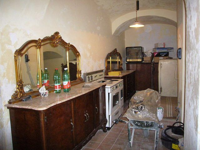 L'abitazione a vico Cinquesanti che dà accesso al teatro