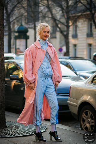 Come rovinare un bel cappotto indossandolo con tuta pastello e tronchetti in vernice ( Olga Karput)