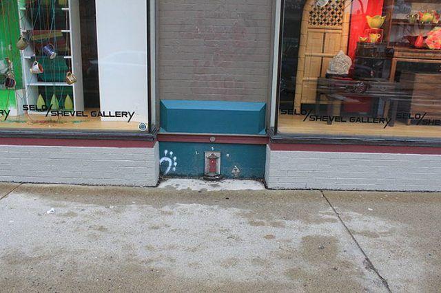 Una Fairy Door sulla facciata di un negozio