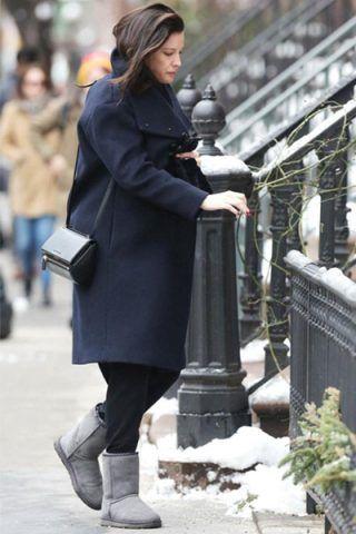 Liv Tyler opta per un paio di pantaloni comodi e un maxi cappotto