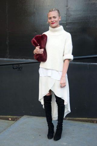 Puntare sul total white per essere super chic abbinando ad un maglione bianco gonna bianco e scegliendo accessorio a contrasto