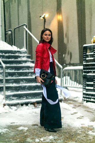 Giacca rossa e pantaloni culotte