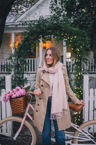 Trench, sciarpa rosa e denim - Dal blog Gal Meets Glam