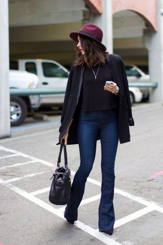 Non volete rinunciare ai jeans? Tirate fuori dall'armadio il modello flare che rimane il più chic da indossare con i tacchi