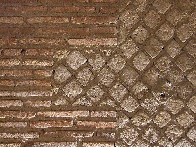 Particolare della tecnica romana secondo l'opus reticolatum e l'opus latericium