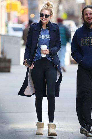 Gigi Hadid li indossa con fuseaux e t-shirt