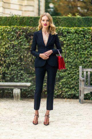 Il  tailleur nero classico indossatelo con decolletè e per una volta senza calze con il  tocco di rosso degli accessori