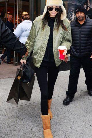 Kendall Jenner li sfoggia con pantaloni aderenti e bomber verde